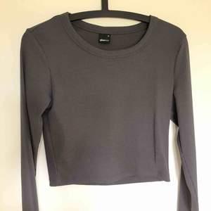 Croppad grå/blå tröja  Betalas via swish Frakten ligger  på 59kr