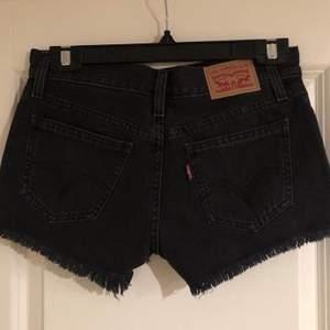 Svarta jeans shorts från Levis. Storlek XS. Mycket fint skick och endast använda fåtal gånger på grund av att storleken var lite för liten för mig. Pris 100 kr eller bud.