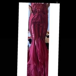 Säljer denna sjukt snygga balklänning! Använd en gång så den är så gott som ny❤️❤️❤️skriv för flera bilder  Köpte den för 1500