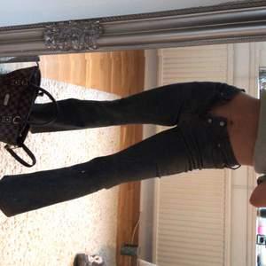 MörkGråa bootcut jeans , SÅ snygga, kan fixa bättre bild om så önskas 💞💜