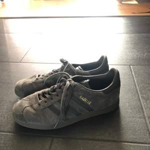 Sneakers från adidas som jag tyvärr aldrig använder. Modellen är Gazelle och storlek 38!