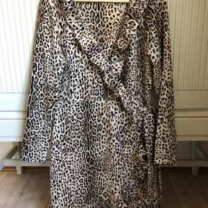 Omlott klänning i djurmönster