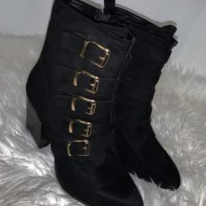 Skitsnygga högklackade skor med guldspänne och dragkedja! Endast använda 1 gång!!