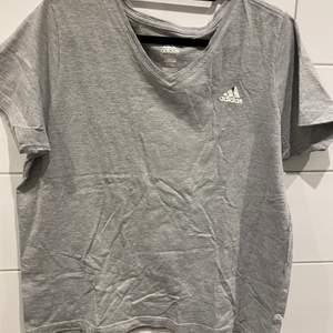 Märke: Adidas Storlek: L Färg: Grå Material: 100% Bomull  I bra skick, loggan har lossnat lite grann Frakt  49kr Samfraktar givetvis