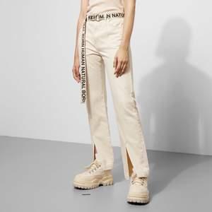 Säljer dessa helt oanvända beiga jeans från weekdays natural born human kollektion!✨ De är i strl 40 men de är rätt så små i storlek, därför säljer jag dom! Köparen står för frakt💞