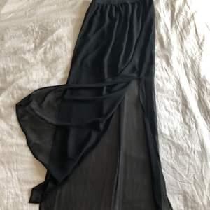 Helt ny!! Jättevacker lång kjol från H&M, med två lager(en underkjol och en genomskinlig ovanpå). Är 34 och den passar mig. Tycker att det är storlek 32/34.✨