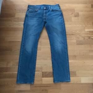Ett par levis jeans modell 501:or. Väldigt populära just nu. Använt 2 gånger, jeansen är i nyskick! Pris kan diskuteras vid intresse. Storlek: W:32 L:32. Frakt om du inte bor för långt!