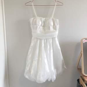 Superfin vit festklänning i nyskick som är köpt i London för 1000 kr. Använd en gång i två timmar. Storlek M men passar även en storlek S eftersom det är resår på ryggen så den kan stretchas ut lite. Perfekt till festliga stunder!
