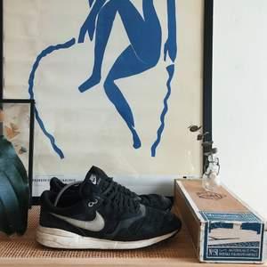 Nike Air Odyssey. Enda skavanken är att de är uppslitna i hälen. Annars okej använt skick. Finns att hämtas i centrala sthlm. Skickas annars mot fraktkostnad. Strl 45.5 (11.5 US).