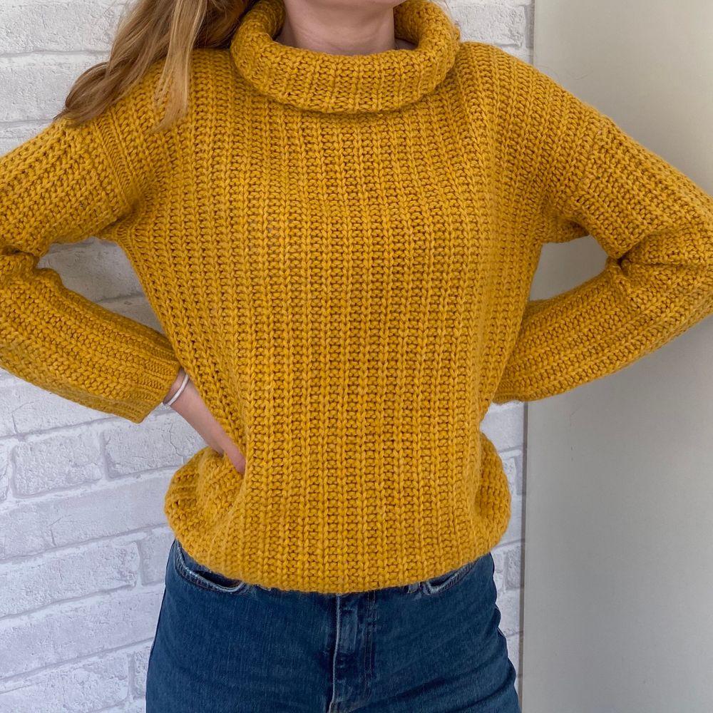 Gul stickad tröja från Stile Benetton💛 Står ingen storlek i tröjan men skulle säga att den är storlek M:)). Stickat.