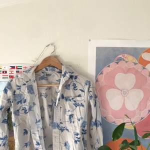 Himmelsk skjorta med blå blommor!! Ganska så tjockt tyg, riktigt fint material! Frakt tillkommer 😇