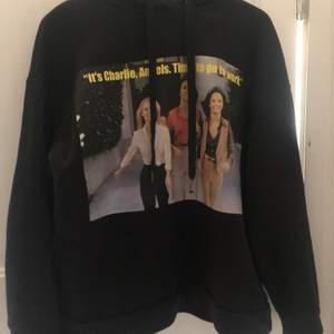 Säljer min Charles angels hoodie från zara. Storlek S