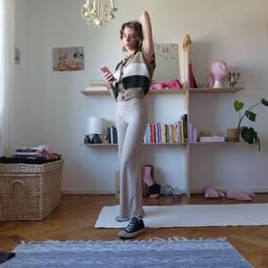 Stickad kofta/pullover i vit, beige, grön. Väldigt varm så perfekt för sommarkvällar :) Kan mötas upp vid stigbergstorget/gbg eller så tillkommer 44kr frakt.