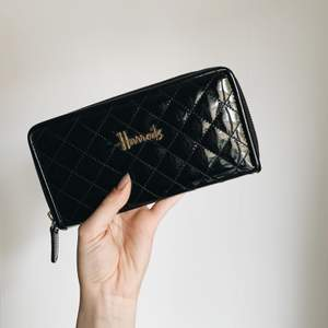 Plånbok från Harrods. Kommer ej till användning längre. Frakt inräknat i priset!