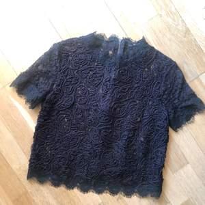 Säljer denna festliga, transparenta spetsblus från Zara. Hög krage och dragkedja i ryggen. Storlek L (liten i modellen). Använd endast ett par gånger så i väldigt fint skick! 99 kr + frakt