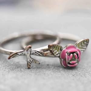 Två jätte söta ringar!!!! 🌹🕊  Frakt på 11kr tillkommer- passa på och köp fler små smycken 🤎   #ring #ringar #ros #fågel #duva #smycken #humana #secondhand #rings #pink #silver #gold