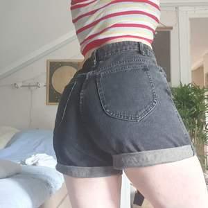 högmidjade, mörkgråa jeansshorts! lite mom-jeans modell på dem. aldrig använda! ordinarie pris 200kr.