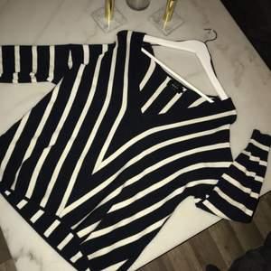 Snygg randig tröja från only i storlek S :) använd fåtal gånger, lägg bud.