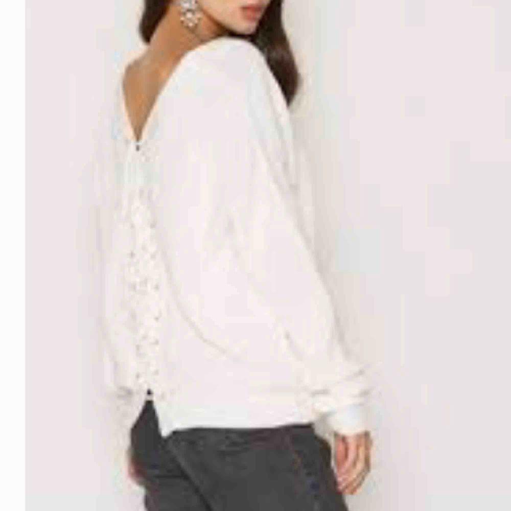 Super fin vit stickad tröja med öppen rygg! Köpt från Nelly för 399 kr. Säljs då den ej kommer till användning! Super fint skick! . Tröjor & Koftor.
