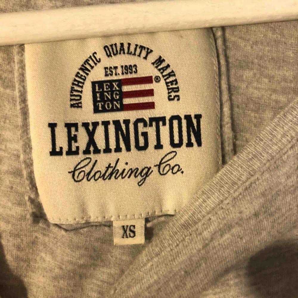 T-shirt ifrån Lexington Använd men endå bra skick förut 2 fonduation-fläckar vid ena bokstaven   Köparen står för frakten☺️. T-shirts.