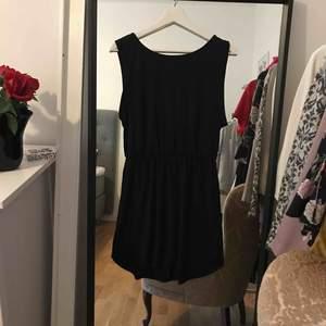 Svart klänning med djup rygg från H&M