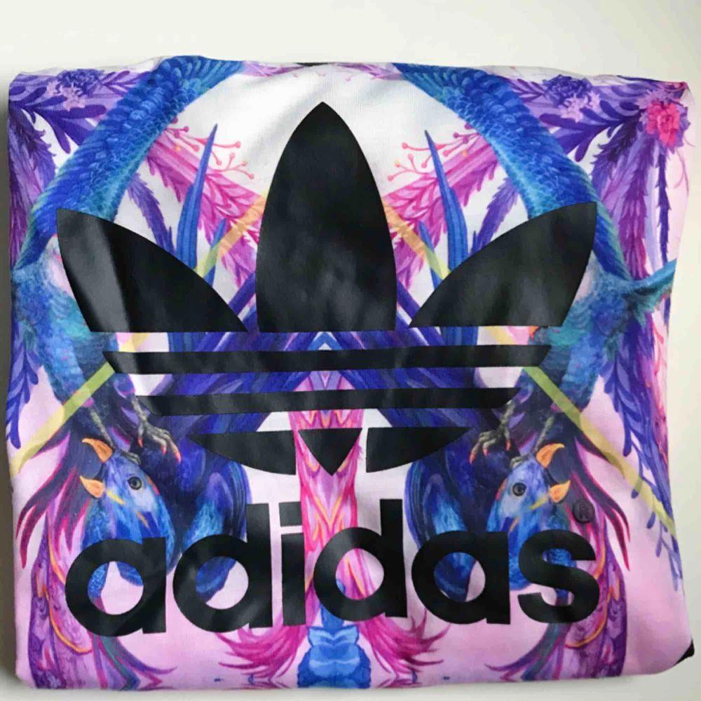 Fraktkostnaden (36 kr) är inkluderad i priset. 💌    Använd 0-1 gånger då den är för stor för mig, köpt på Adidas i Miami. . T-shirts.