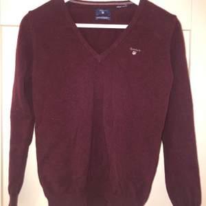 Vinröd stickad tröja från gant. Storlek står inte på men den sitter som en S. Använd endast ett fåtal gånger. Säljer för 100 kr plus frakt, alltså 163 kr. Pris kan diskuteras