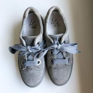 Vill nu sälja mina skor som jag använt få gånger då de är storlek 37, men smala i modellen. Annars är de i bra skick. Orginal pris: 1.100kr