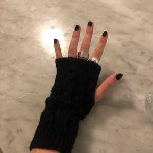 Skulle ni vara intresserade av att köpa mina handstickade torgvantar val av färg är vit, beige, och svart 💖💖💖💖lånad bild. Just nu har jag många beställningar såklart går det fortfarande att beställa men ha med er om att det kan ta lite tid💜💜💜