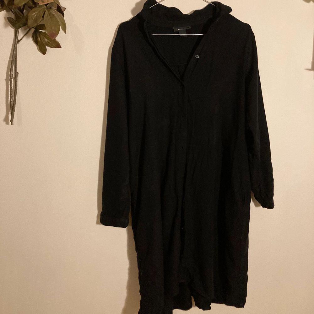 """Användbar lång skjorta från Monki! Funkar som klänning, tröja eller som lättare """"jacka"""" på sommaren. Väldigt luftig och skön! Använd men bra skick 🌹. Skjortor."""
