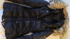 Rock&blue vinterjacka storlek 34. Använd en vinter. I ett fint skick. Ordinarie pris 2800kr! Priset kan absolut diskuteras vid en snabb affär! Inte äkta päls