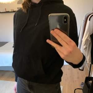 Svart hoodie köpt på carlings, kommer sällan till användning längre tyvärr så jag säljer den💛💛