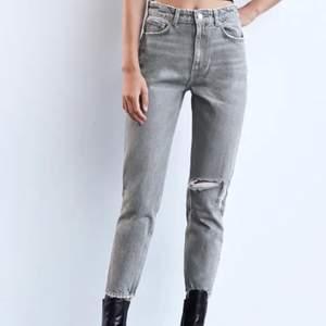 Bilden representerar samma byxor fast mina är i blå färg! Ett par slitna ljusblåa jeans från zara, relativt använda! Passar en 36a, och någon som är ca 170cm! De har en superfin slits också ✨