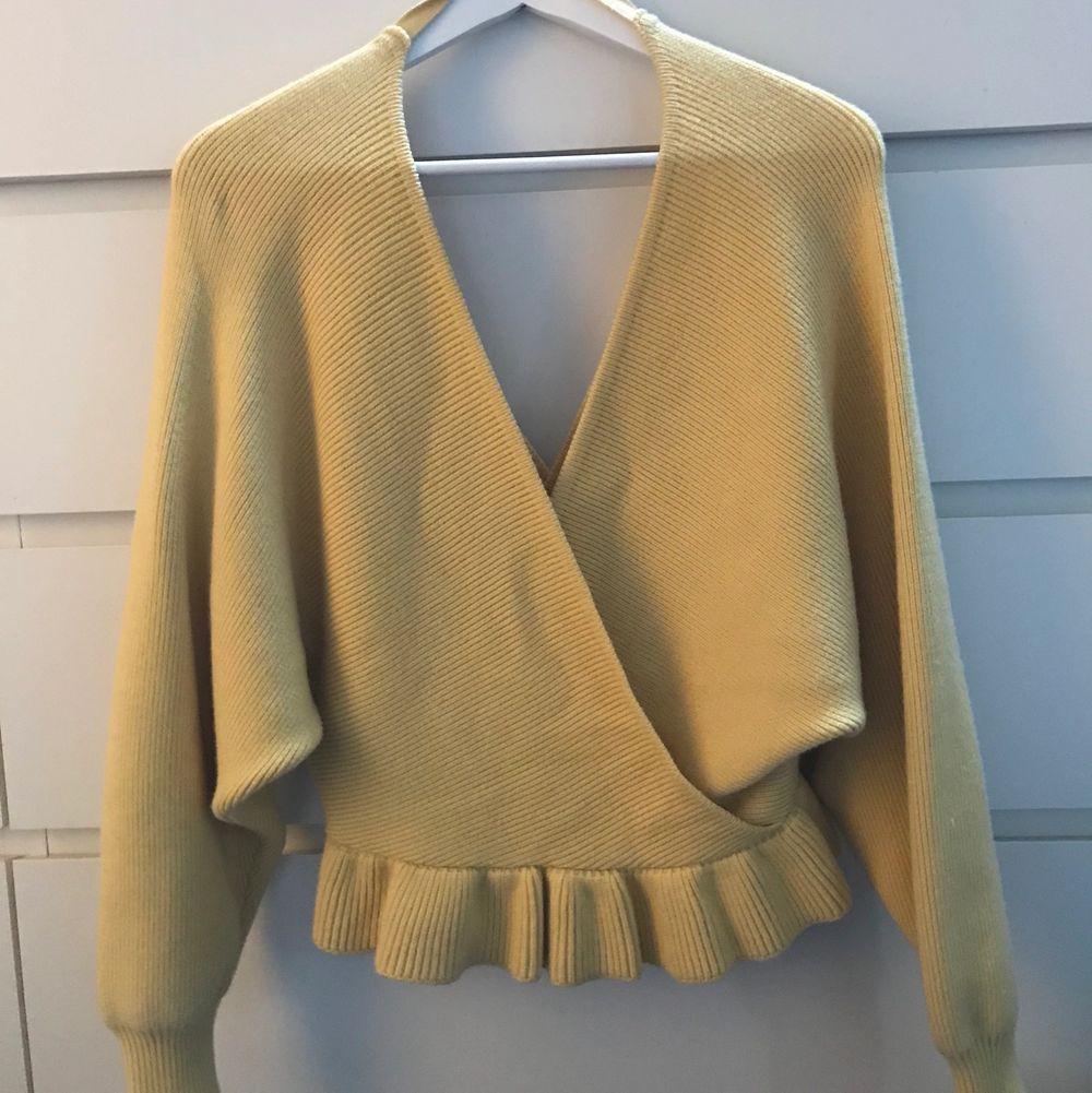Jättefin gul tröja, använd en gång! Djup i bak och fram! Materialet är väldigt mjukt o skönt! Storlek XS men skulle säga att den är stor i storleken!. Tröjor & Koftor.