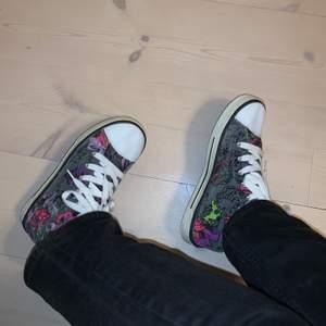 As balla converse skor (fake) med ett coolt tryck och även små stenar på. Frakt tillkommer! BUDA nedanför i kommentarerna😊 bud just nu: 120kr