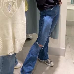 skitsnygga och stretchiga jeans från topshop, egengjorda hål och har klippt lite längst ner då de var flr långa för mig på 162, fortfarande lite långa men de är coolt!!