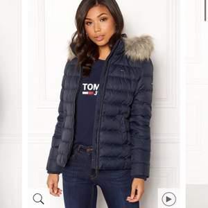Hej! Säljer min (äkta) Tommy jeans jacka som jag köpte för några veckor sedan, enbart testat och i nyskick. Jackan är väldigt formgivande, sitter bra och är super mjuk och varm utan att vara pösig och stor. Jackan är köpt på bubbleroom för 2199kr, färgen heter 002 black iris men är snarare åt det blåa hållet än det svarta, som på första bilderna. Vid frågor eller bud får ni gärna dm.a mig. Fraktas med möjlighet att spåra paketet eller möts upp i Norrköping. 💙Bud just nu på 900kr💙 Avslutas 6.e Jan 20:00