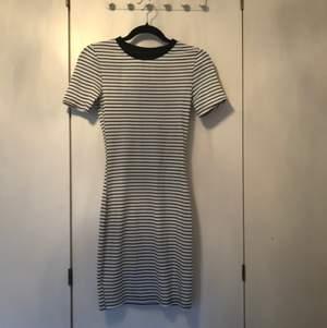 En tajt bekväm klänning från hm. Storlek 36 men passar även 34