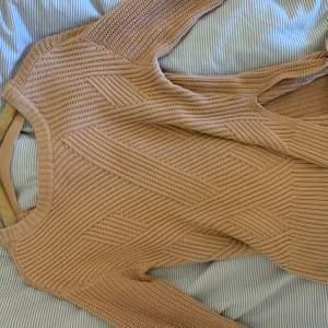Säljer denna fina tröjan med en öppen rygg och en slits på varje sida sida. Har inte haft problem med att bh-band osv syns i ryggen, den är även väldigt varm så trots den öppna ryggen fungerar den toppen att ha på vintern/hösten. Har ärvt den så vet inte vart den kommer ifrån eller vad storleken är. Däremot skulle jag verkligen säga att den passar alla, det beror mest på hur man vill att den ska sitta. Jag själv är en XS/S och den är lite lång på mig ☺️☺️ Den är inte nopprig eller något och endast använd av mig ca 2-3 gånger!