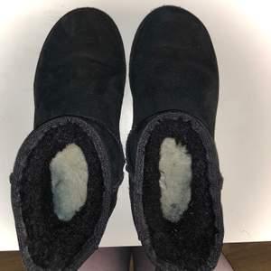 Säljer mina äkta svarta låga uggs i strl 38. Världens skönaste och mysigaste skor!                              Använt dem sparsamt en vinter så dem är i bra skick, inget som helst fel på dem säljer dem för jag behöver pengarna. Köpte dem från Nelly förra året för 1999 kr. Dem är även impregnerade. Säljer dem bara om jag är nöjd med priset, om stort intresse finns börjar budgivningen från 900 kr ☺️ frakten tillkommer