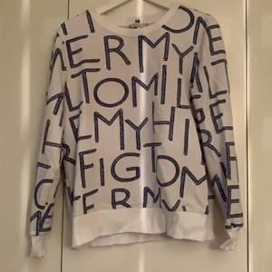 """Jättefin himfiger sweatshirt med blåa flätade marinen spirerade tryck där det står """"Tommy hilfiger"""" över hela tröjan. Strl S men lite större passar mig som vanligtvis har M i tröjor. Använd få tal gånger."""