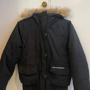 Säljer denna pga använder aldrig, bra skick och skön inför de mer kalla vädret. Kan mötas upp samt frakta, köparen står för fraktkostnaden. Kontakta för frågor❤️