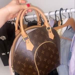 Säljer en skitsnygg Louis Vuitton väska för endast 700kr. Skriv vid intresse ❤️❤️❤️❤️ buda!!!!!!! Tyvärr inget kvitto därav låga priset då jag fått väskan. Frakt ingår inte utan kommer som extra kostnad