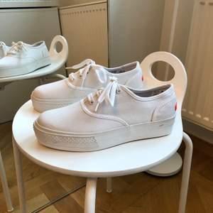 Sneakers från DinSko! Storlek 37. Knappt använda. Nypris 299 kr.