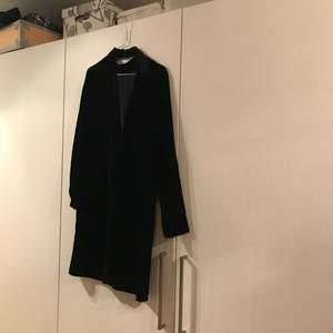 Denna oanvända sammetsklänning från Samsøe samsøe i storlek XS säljes. Öppen i ryggen och snygg lite högre krage är en succé men tyvärr används den inte hos mig. Den är i bra skick och den är väldigt mörkt blå