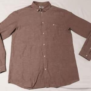 Mörkbeige/askbeige/ljusbrunish skjorta som är oanvänd.  Bommul. Regular fit.