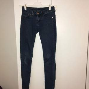 Mörkblå byxor i väldigt stretchiga material. Superskinny/low-waist modell. Från HM. Jeansliknande men i mjukare material. Skriv till mig för fler bilder, mått eller andra frågor! :)