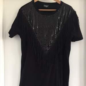 T-shirt klänning från Reclaimed Vintage, köpt på Asos. Knappt använd. Med paljetter och fransar!