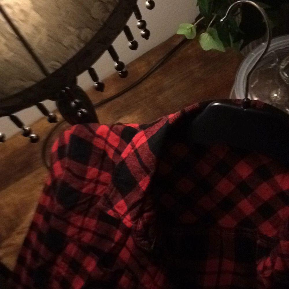 Klippt bort lappen men den är mellan S & M Jättefin röd svart rutig skjorta. Skjortor.
