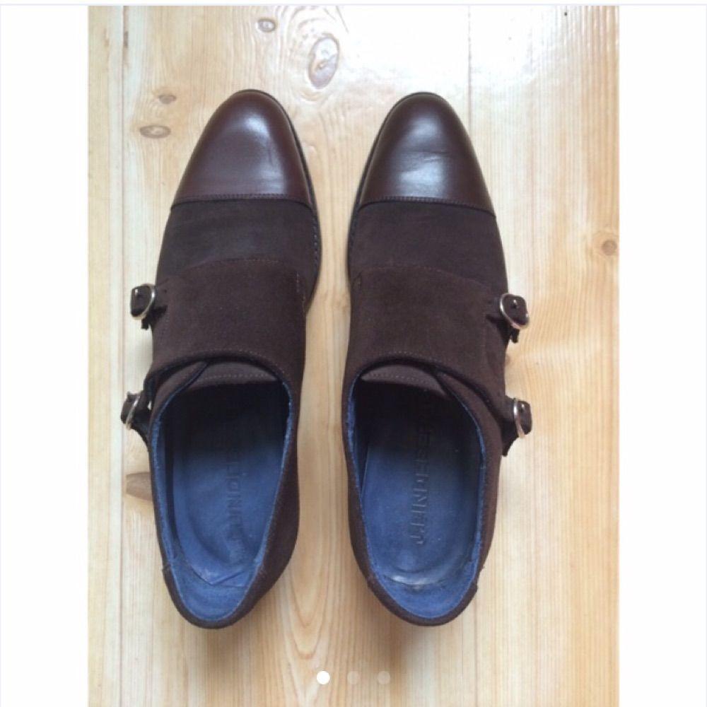 Oanvända monkstraps från J.Lindeberg. Skorna är i storlekar 40 i mörkbrun mocka och läder. Nypris 2000 och mitt pris är 650kr.. Skor.